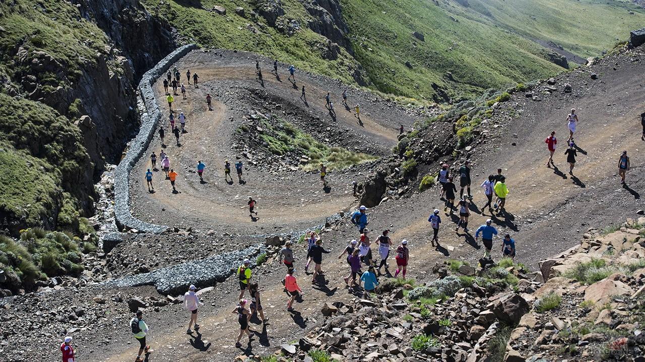 Марафонцы на серпантине перевала Сани Пасс в Южной Африке