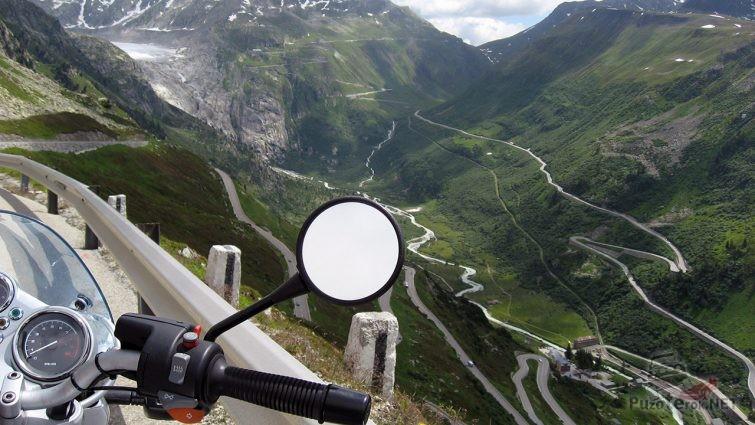 Мотоцикл на смотровой площадке высокогорного участка перевала Фурка