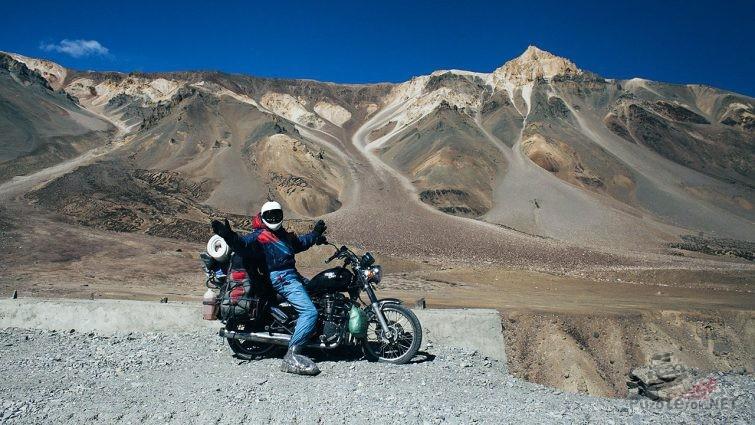 Мотоциклист на автодорожном перевале через Эльбрус