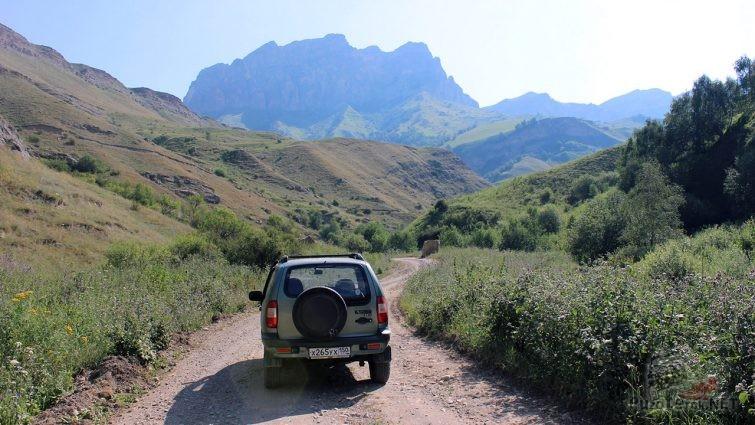Нива шевроле на перевале близ верховья Чегемского ущелья