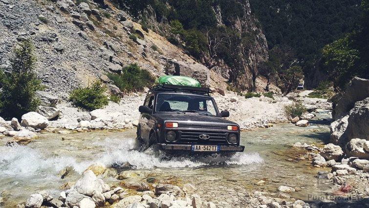 Нива в реке в горах Албании