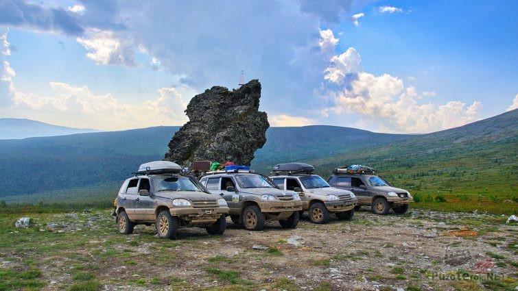 Нивы шевроле на высокогорном участке перевала Дятлова