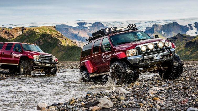 Переправа каравана внедорожников через высокогорную речку