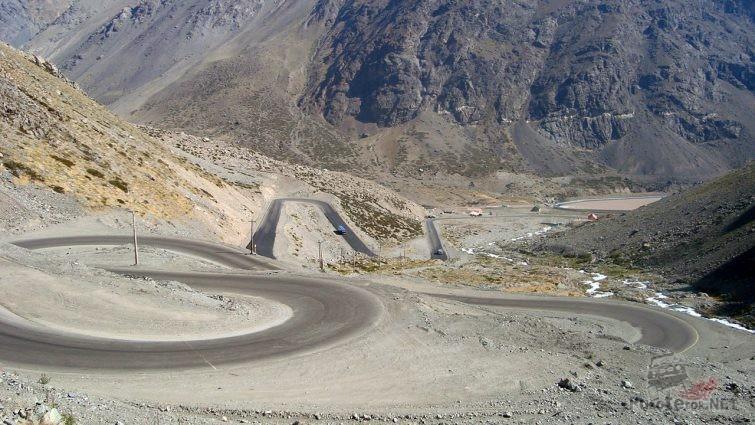 Петли серпантина горного перевала Лос Караколес