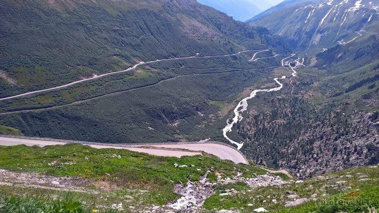 Петли серпантина горного первала Фурка в Швейцарии