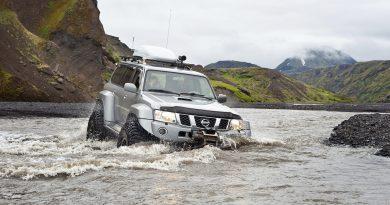 Подготовленный Ниссан Патрол в горной реке в Исландии