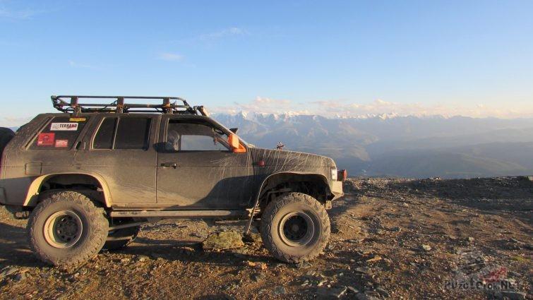 Подготовленный для бездорожья Ниссан Террано на фоне гор