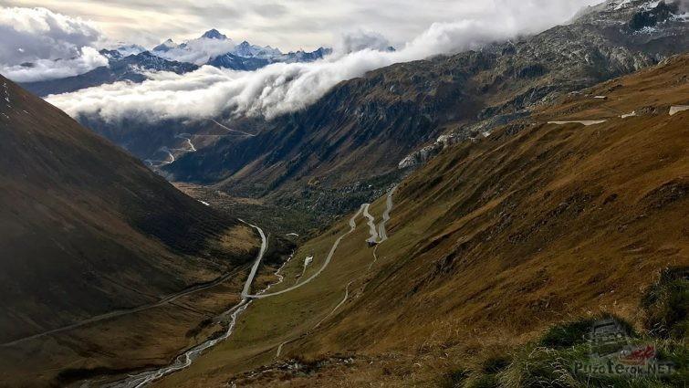 Потрясающий вид с высоты птичьего полёта на горный перевал Фурка