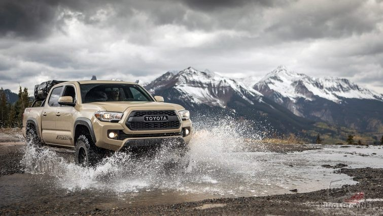 Рекламная фотосессия внедорожника Тойота в брызгах горной речки