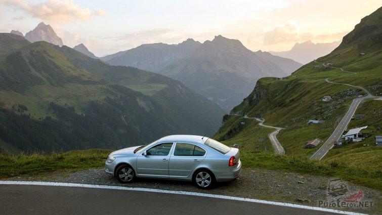 Седан на фоне панорамы перевала Фурка