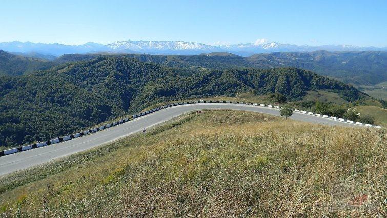 Спуск с перевала Гумбаши с видом на Эльбрус