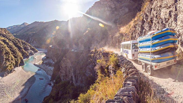 Туристический автобус на горной дороге Лос Караколес
