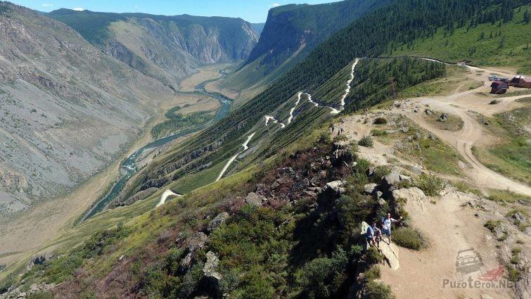 Туристы на перевале Кату-Ярык в Горном Алтае