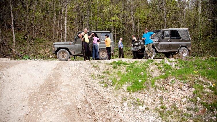 Туристы у джипов на дороге по пути на Мезмай
