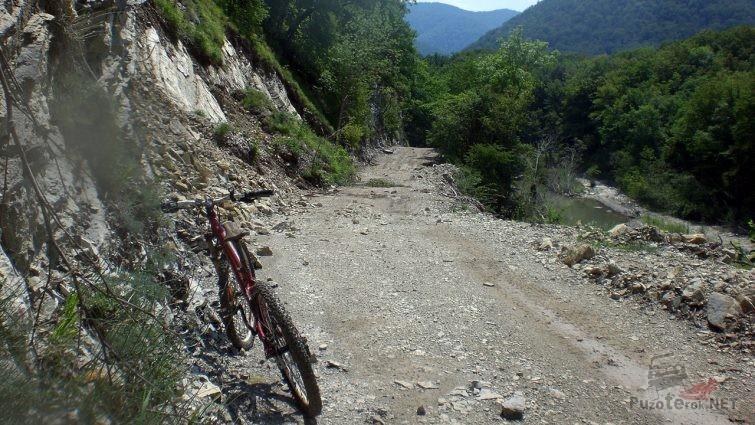 Велосипед на горном перевале в районе станицы Шапсугской
