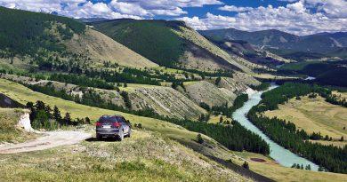 Внедорожник на перевале в Горном Алтае