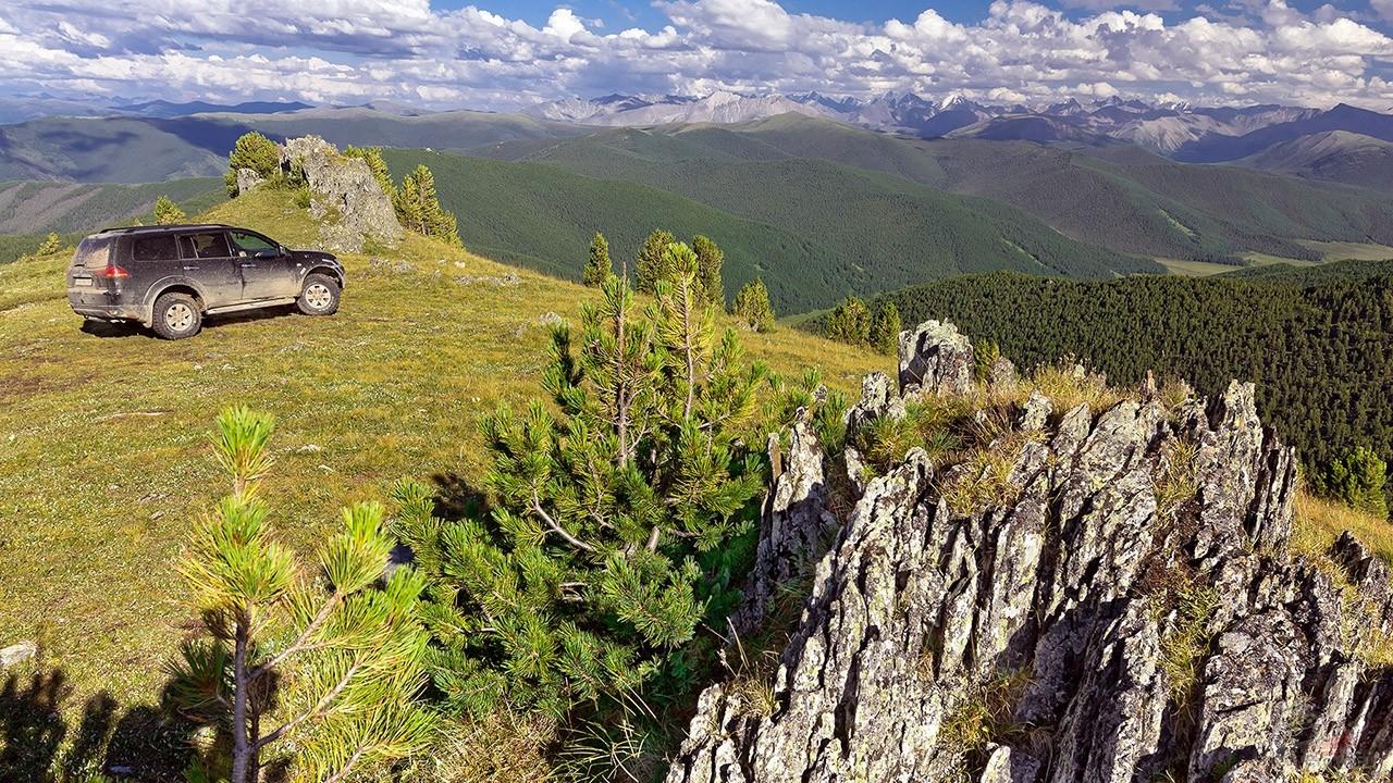 Внедорожник на высокогорном участке перевала через Горный Алтай