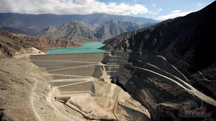 Водохранилище на Лос Караколес в Чили с серпантином