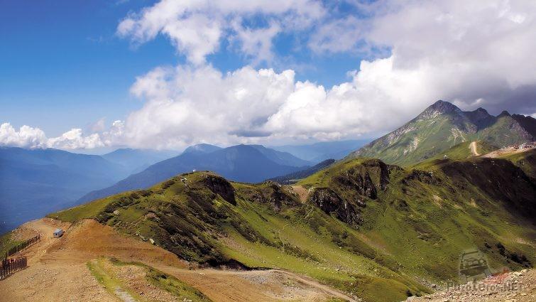 Высокогорный участок перевала в Кавказских горах Краснодарского края