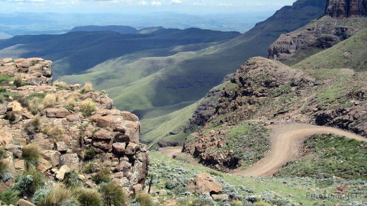 Живописный вид с обочины автодороги на перевале Сани Пасс