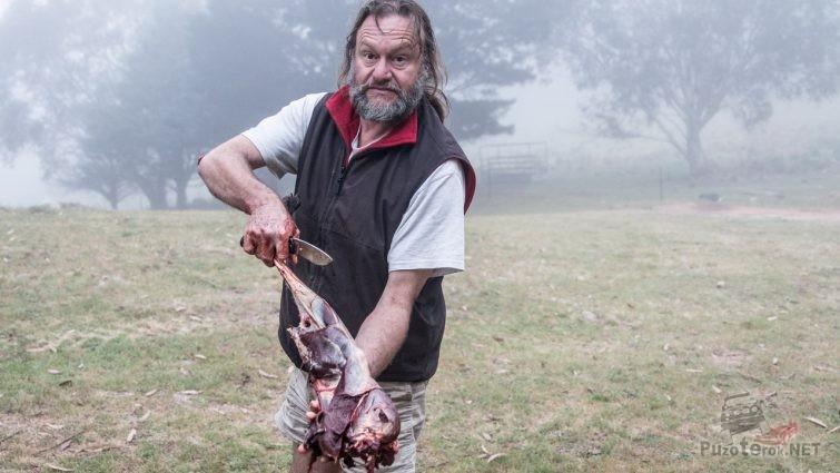 Австралиец разделал тушу кенгуру ножом Savage