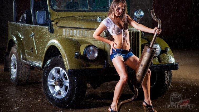 Девушка и ГАЗ-69 под дождем