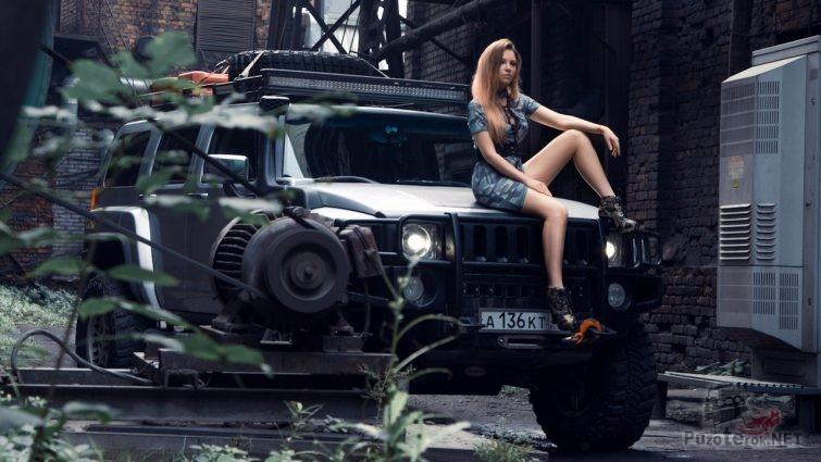 Девушка и Хаммер на заводе