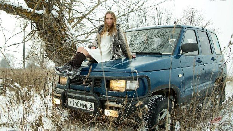Девушка на капоте УАЗ Симбир зимой