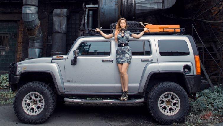 Девушка на подножке Hummer H3 на старом заводе