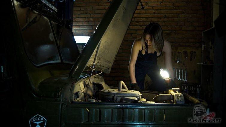 Девушка под капотом ГАЗ-69