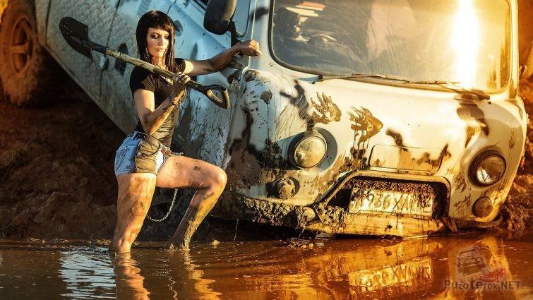 Девушка с лопатой и УАЗ Буханка в луже