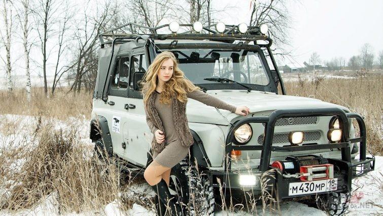 Девушка с уазиком зимой