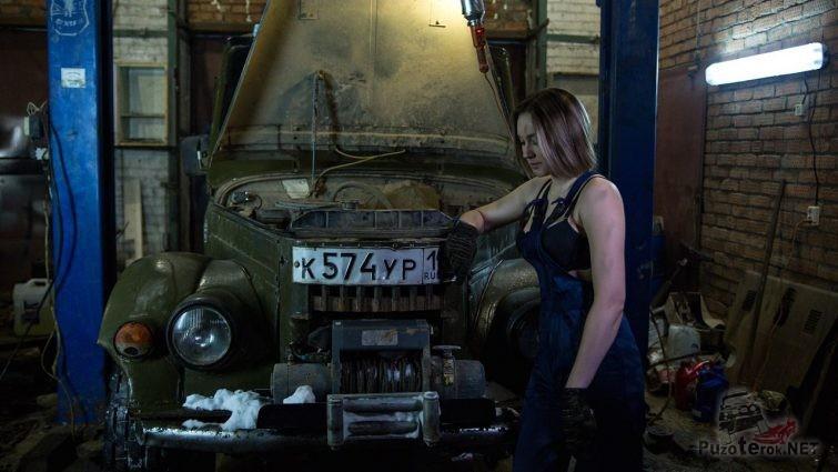 Девушка в рабочей униформе возле ГАЗ-69