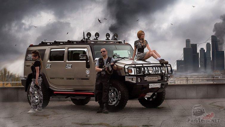Девушки, хаммер и вооружённый мужчина