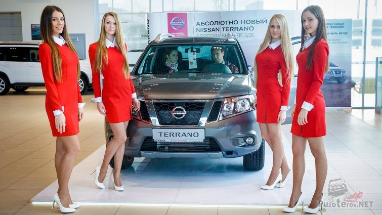 Девушки-промоутеры на презентации Ниссана Террано 2014 года в автосалоне продаж
