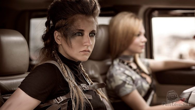 Девушки в боевой раскраске в салоне Хаммера