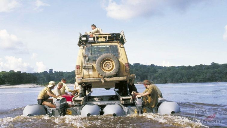 Джип на плоту посреди реки в ходе Кэмел Трофи