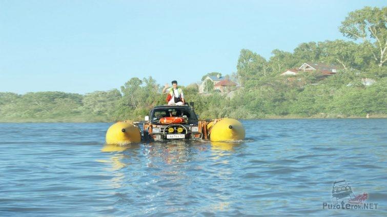 Джип посреди реки плывущий на баллонах