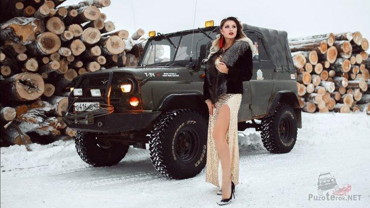 Гламурная девушка и старый УАЗик на лесозаготовке