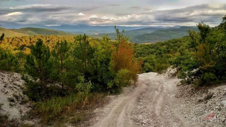 Грунтовая дорога и горы Краснодарского края