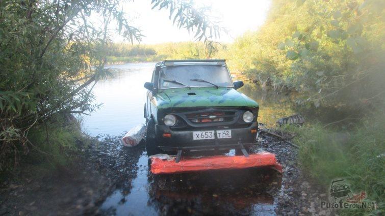 Иж на самодельном плоту для речной переправы