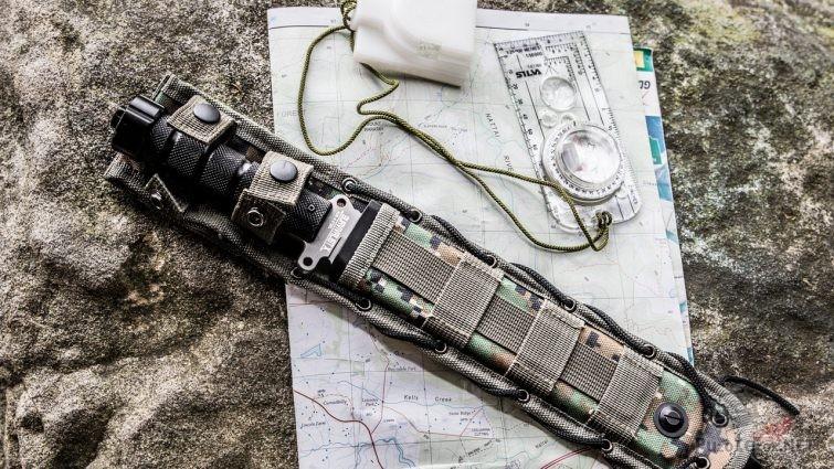 Карта, нож и линейка с компасом