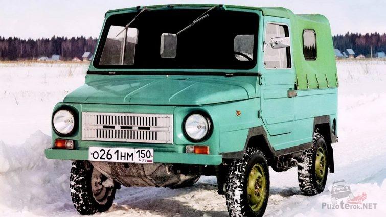 Луноход ЛУАЗ бирюзового цвета на зимней дороге