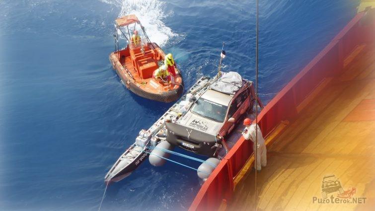 Надувной понтон с джипом пришвартованный к борту морского судна
