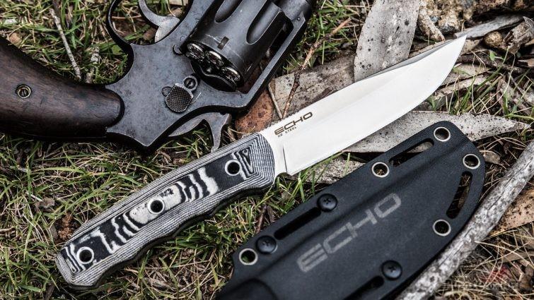 Нож Echo с чехлом и револьвер
