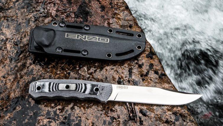 Нож Enzo с чехлом на мокром камне у реки