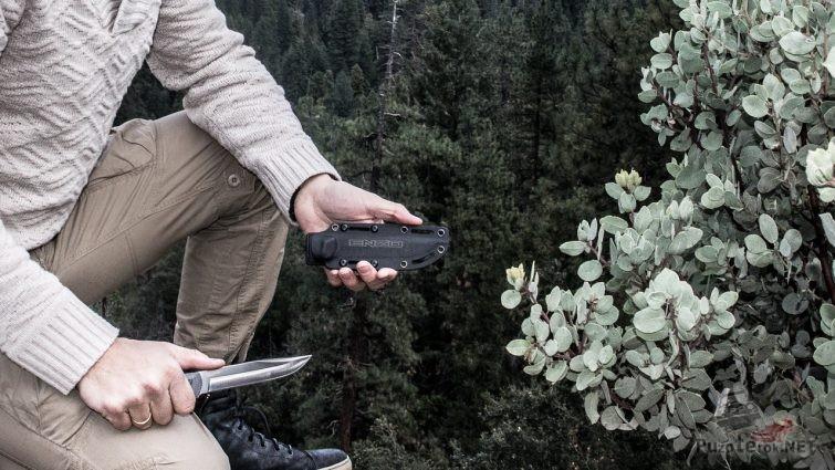Нож Enzo в руке туриста