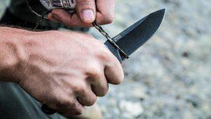 Нож Urban перерезает верёвку