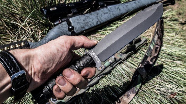 Нож для выживания в мужской руке