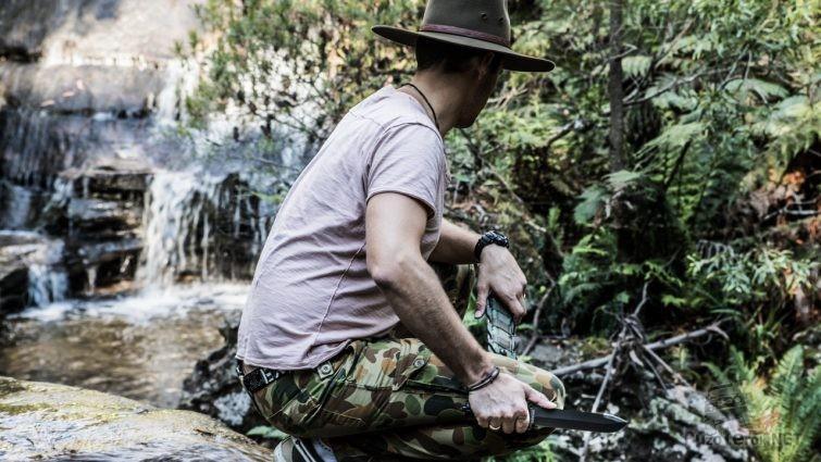 Нож в руках австралийского путешественника